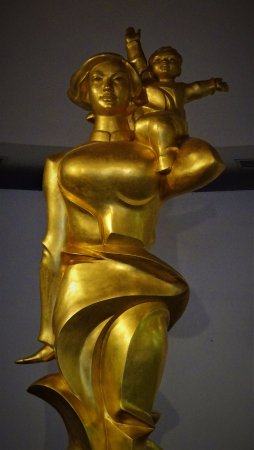 Bảo tàng Phụ nữ Việt Nam: Sculpture in reception area