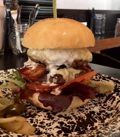 Waikanae, New Zealand: Double beef & bacon burger