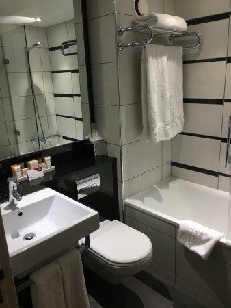 Badezimmer mit Badewanne/Dusche - Picture of Crowne Plaza London ...