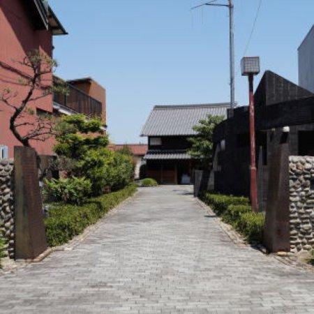 Nishi-Biwajimacho Tonya Memorial Hall