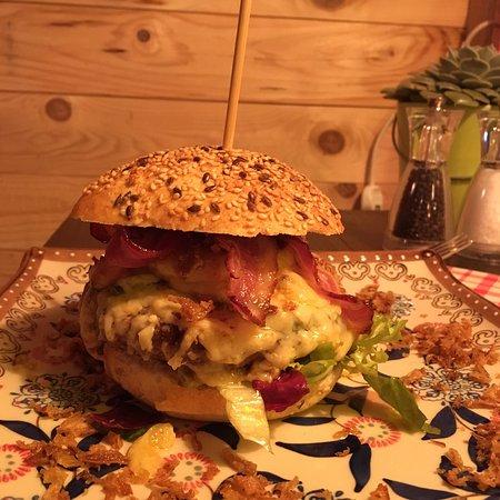 Weggis, Ελβετία: Il miglior hamburger con fonduta della zona... e oltre!