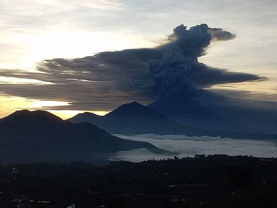 Toya Bungkah, Indonesien: The smoke is coming from the current active volcano agung
