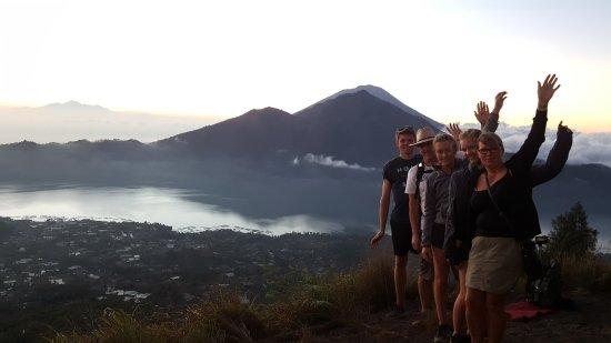 Lovina Beach, Indonesia: Sonnenaufgang auf dem Vulkan Batur