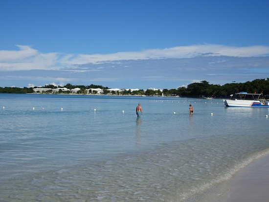 Bloody Bay: Looking north, it's just a looooong stretch of beach