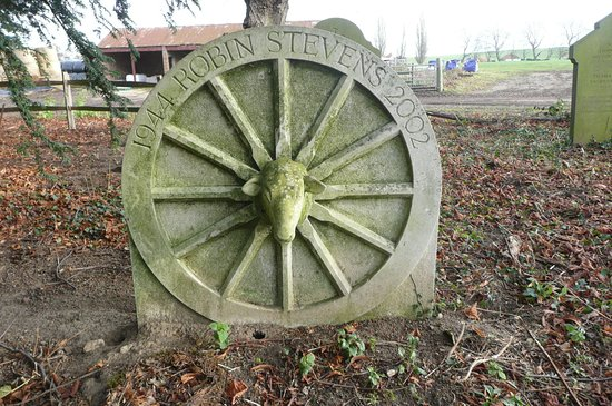 Luddenham, UK: grave in churchyard
