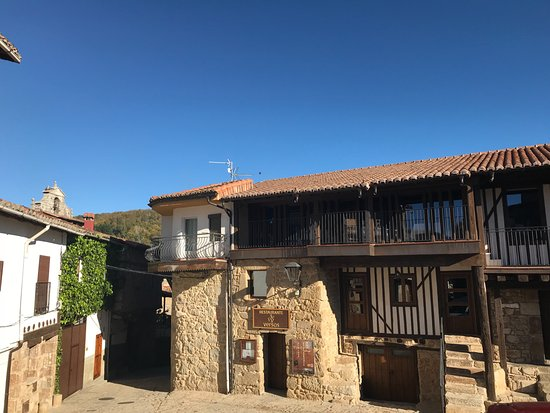 San Martín del Castañar, España: The restaurant is in a set of very old houses near the bull ring and castle