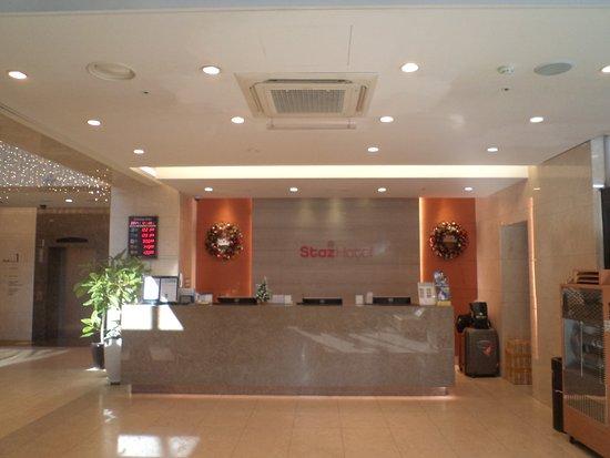 Staz Hotel Myeongdong 1 : Front desk