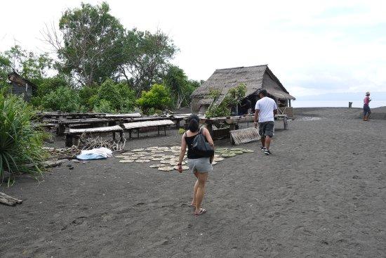 Candidasa, Indonesia: Wayan mit uns bei den Salzmachern