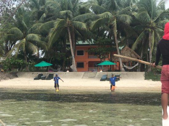 Bohol Sea Resort: Blick vom Meer auf Privatstrand
