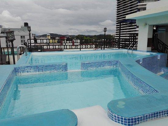 Bahia Suites Hotel: pequeña piscina bien cuidada