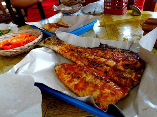 جيمباران, إندونيسيا: Barracuda asaisonné,cuit à point,miam,miam