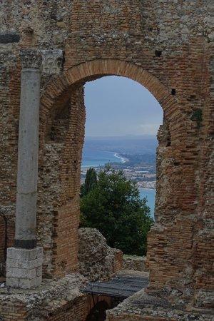 Castiglione di Sicilia, Italy: Uitzicht op zee vanuit de Griekse ruïnes