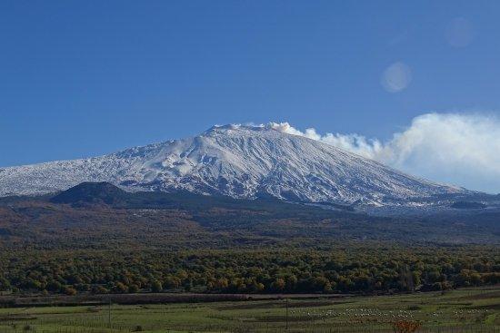 Castiglione di Sicilia, Italia: De Etna rookt (op wat meer afstand)