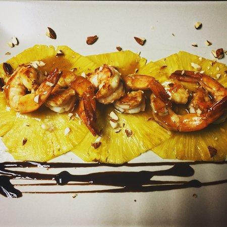 Las Lajas, Panamá: camarones al ajillo sobre carpaccio de piña