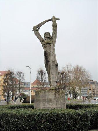 Thionville, France: La statue sur le socle