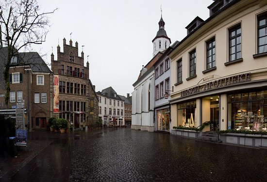 Xanten, Alemanha: Market place looking at Gothic House