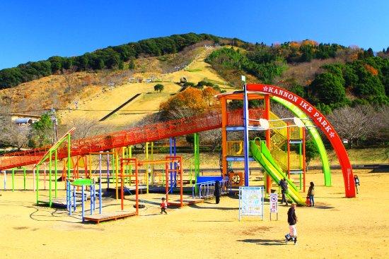 Miyakonojo, Japan: 遊具の後方がリフト乗り場。手前の遊具は観音池公園。