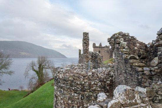 Drumnadrochit, UK: Ruins of Urquhart Castle from inside the castle grounds.