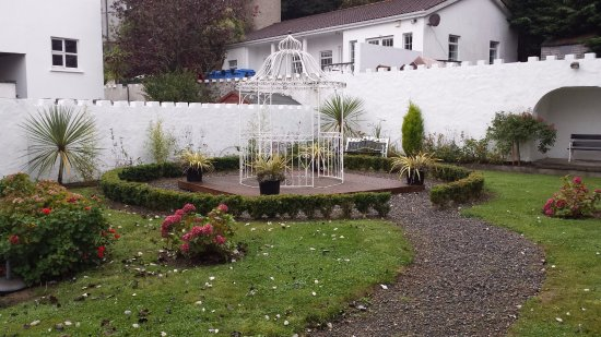 Tramore, Ireland: Pretty little sitting area behind the hotel