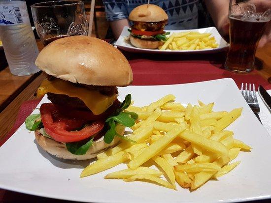 Rubí, España: Hamburguesa con patatas a la brasa