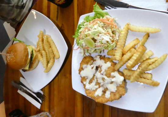 Padangbai, Indonesia: AU$4 for schnitzel, a tasty coleslaw and fries, AU$4.50 Burger and fries- great value!