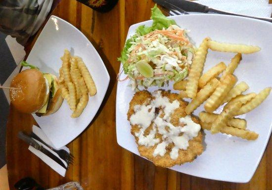 Μανγκίς, Ινδονησία: AU$4 for schnitzel, a tasty coleslaw and fries, AU$4.50 Burger and fries- great value!