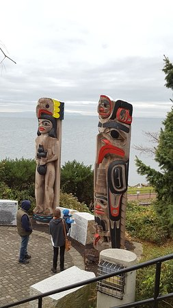 White Rock, Canada: Stop and spend a few minutes. Enjoy the view & check out the totem poles.