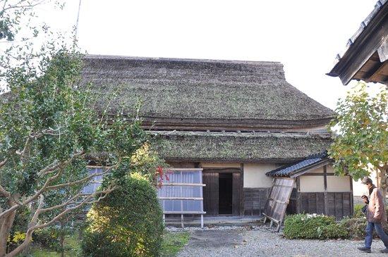 Takaoka, Japonya: 茅葺きは大屋根と庇の二段構え