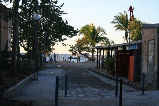 Trois-Ilets, Martinique: Vue du local à droite, discret et parfait, plage de l'anse à l'âne Trois Ilets