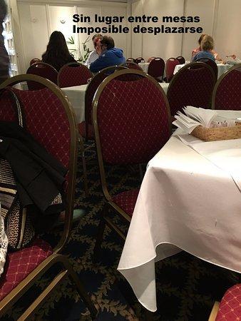 Dos Reyes Hotel Mar del Plata: Muchas mesas y sillas hacen complicado el desplazamiento