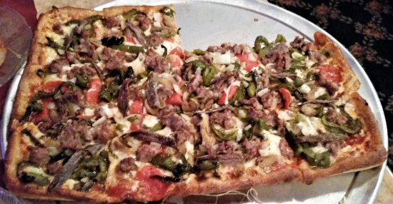 """Schenectady, Nova York: Marino's """"special"""" with sausage, mushrooms, onions, peppers, pepperoni, & anchovies."""