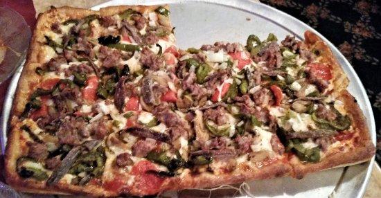 """Schenectady, Estado de Nueva York: Marino's """"special"""" with sausage, mushrooms, onions, peppers, pepperoni, & anchovies."""