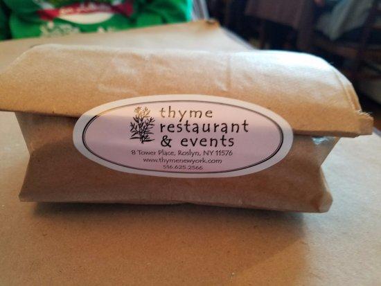 Roslyn, Estado de Nueva York: Can't finish it all? That's how the restaurant packs it to go! Smart advertising...