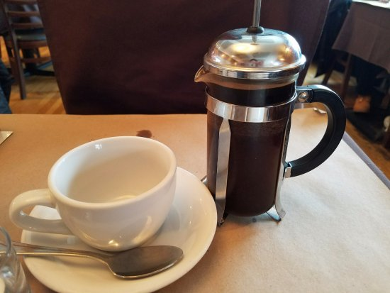 Roslyn, NY: French press coffee...nice touch although the coffee could've been served much hotter:-(