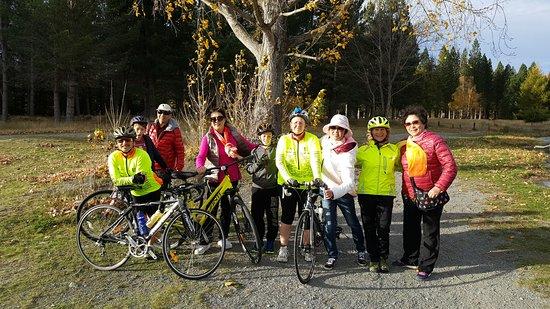 Twizel, Nueva Zelanda: Autumn Cyclists making new friends Lake Ruataniwha