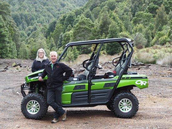 Waratah, Australie : Paul, Linda and the awesome Green Machine at Magnet Mine