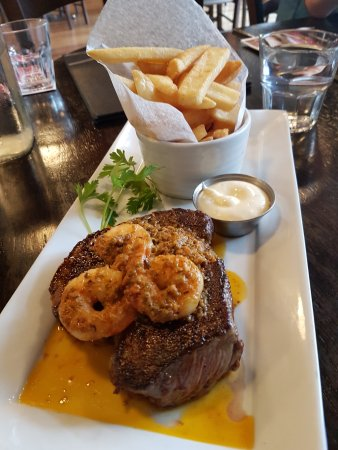 Cambridge, Nuova Zelanda: Scotch Fillet and Tiger Prawns with fries------Yummy.