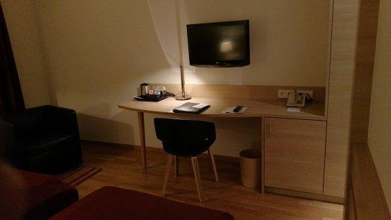 Hotel Stadt Freiburg: Das eher kleine TV-Gerät bietet eine gute Programmauswahl, teilweise in HD.