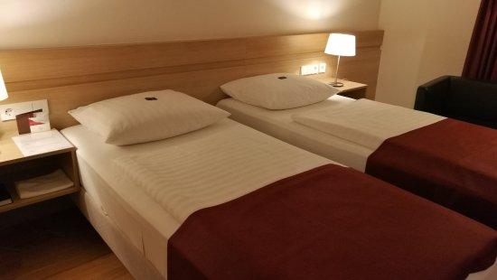 Hotel Stadt Freiburg: Die Nächte sind unruhig, denn das Doppelbett besteht aus zwei Einzelbetten, die auseinanderrutsc