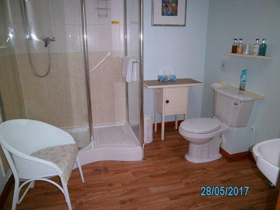 Dersingham, UK: GARDEN SUITE BATHROOM