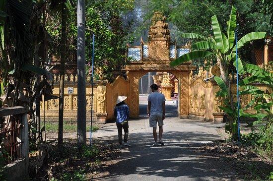Vinh Long Province, เวียดนาม: The Temple!