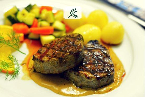 Restaurant Kouzina: Brizola Piperi - Rindersteak mit Pfeffersauce, frisches Gemüse, Butterkartoffeln & Gemüse