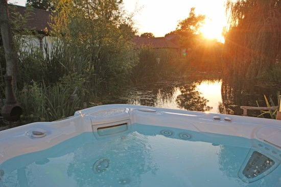 Shadoxhurst, UK: Hot tub overlooking the pond