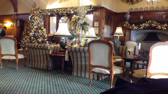 Victoria Hotel: Part of the lounge area near entrance of the restaurant, decorated for Christmas.