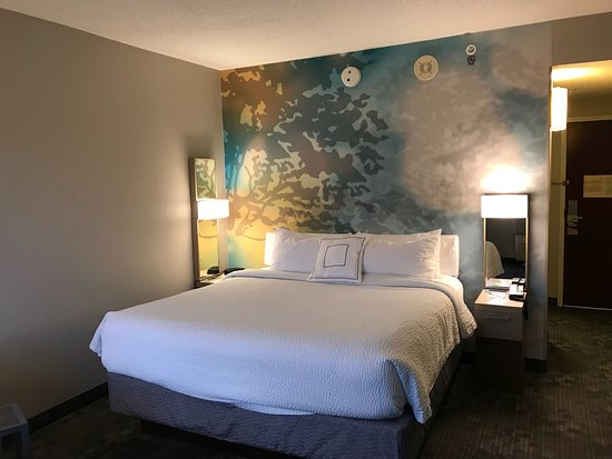 Covington, KY: Room was very zen with calming colors and a beautiful backdrop for the bed.