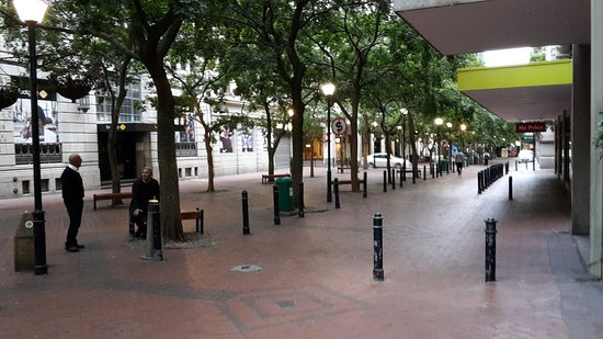 Holiday Inn Express Cape Town City Centre: Straatje voor hotel