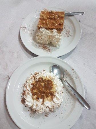 Estepa, Ισπανία: Postres de milhoja y flan de leche merengada. Exquisitos.
