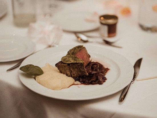 Diessen, Germany: Rosa gebratenes Rinderfilet unter der Kräuterkruste mit Kartoffel-Parmesanpürée und Roten Zwi