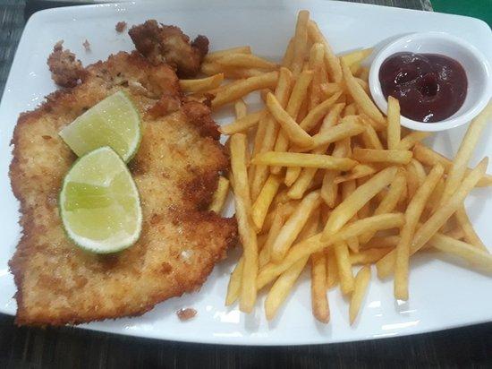 German Restaurant Haus Bremen: 오늘 점심에 갔었습니다  보이시나요? 슈니첼이랑 립 시켰는데 슈니첼은 먹을만 했으나 립은 거의 못 먹었습니다 감자만 먹으면서 헛헛하게 웃었네요  트립어드바이저 이제 안 믿을
