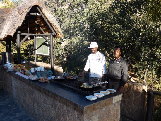 Matobo Hills Lodge: Chef Kudzai prepares a superb outdoor breakfast